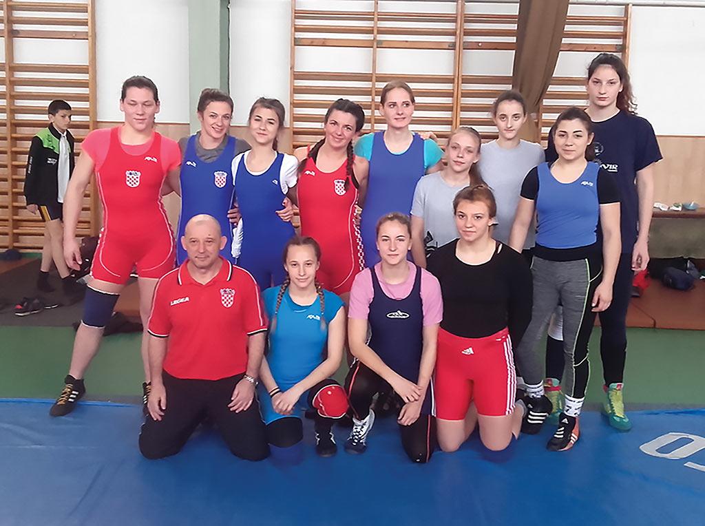 Senad Mujagić i članice ženske hrvačke reprezentacije Hrvatske