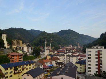 Spomenik (ne)mira u Srebrenici
