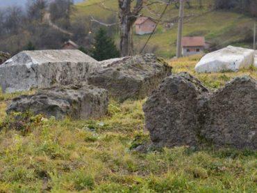 """Srebreničke nekropole stećaka: (Ne)zaštićeni """"kameni spavači"""""""