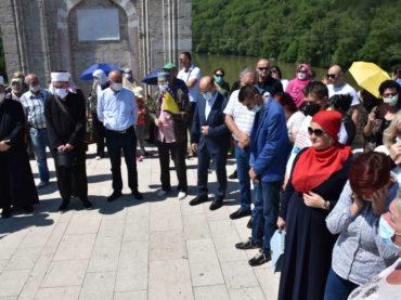 Obilježena godišnjica zločina u Višegradu: U Drinu bačeno 3.000 ruža za 3.000 žrtava