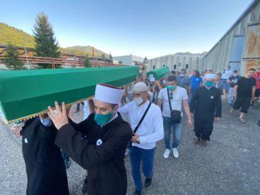 Tabuti devet žrtava genocida preneseni na rukama iz Fabrike akumulatora do Musalle u Potočarima
