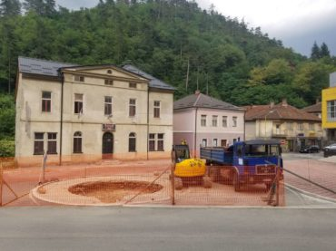 Spomenik (ne)miru u Srebrenici