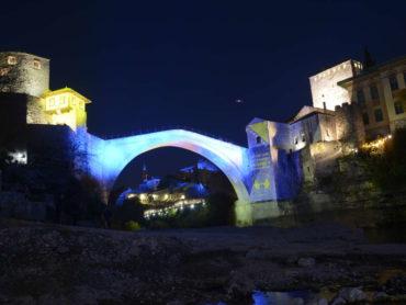 Mostar: Stari most u bojama zastave BiH povodom Dana državnosti