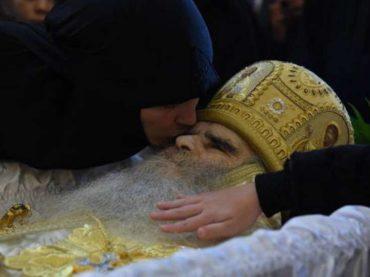 Kašike i poljupci: Zašto virus hara pravoslavnim svijetom